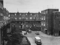 1975-335 Galerijwoningen aan de Justus van Effenstraat.
