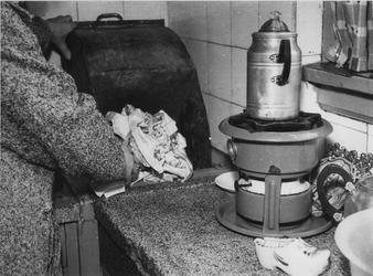 1975-336 Stortkoker in de keuken van een woning aan de Justus van Effenstraat.
