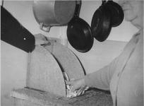 1975-337 Nieuwe type stortkoker in de keuken van een woning aan de Justus van Effenstraat.