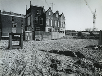 1975-388 Onttakelde woningen in de Meermanstraat, vanaf de Crooswijksekade, uit het noordwesten.