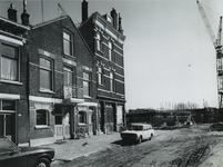 1975-389 Nieuwbouw woningen op de plaats van het gesloopte deel in de Meermanstraat. Links enkele huizen van het ...