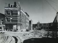 1975-390 Oude en nieuwe huizen in de Oudaenstraat. Links de Meermanstraat en hoek Oudaenstraat. Rechts de nieuwe huizen ...