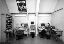1975-392 Interieur van het Gemeentearchief aan de Mathenesserlaan nummer 315. Afdeling Fotografie op de bovenverdieping ...
