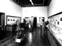 1975-393 Het Gemeentearchief aan de Mathenesserlaan nummer 315. Bezoekers op de tentoonstelling: Rotterdam, vergeeld in ...