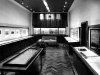 1975-416-EN-417 Het Gemeentearchief aan de Mathenesserlaan nummer 315. De tentoonstellingsruimte tijdens de ...