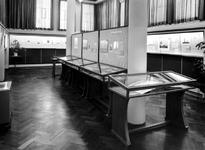 1975-418-EN-419 Interieur van het Gemeentearchief aan de Mathenesserlaan nummer 315. Tentoonstellingsruimte tijdens de ...