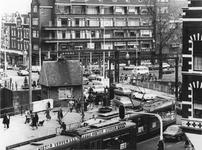 1975-479 De Lage Erfbrug tussen de Nieuwe Binnenweg en de Havenstraat over de Delfshavense Schie, gezien vanuit een ...