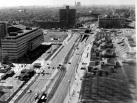 1975-671 Het Weena gezien vanaf de kantoortoren van Shell Nederland aan het Hofplein. Op de voorgrond rechts het ...