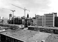1975-771 Nieuwbouw op de hoek Aert van Nesstraat - Hennekijnstraat op de plek waar vroeger het r.k. Instituut Sint ...
