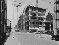 1975-772 Hennekijnstraat met op de achtergrond het kantoorbouw op de hoek van de Aert van Nesstraat.