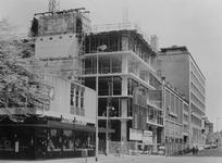 1975-774 Nieuwbouw op de hoek Aert van Nesstraat - Hennekijnstraat op de plek waar vroeger het r.k. Instituut Sint ...