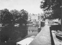 1975-863 Gezicht op de Aelbrechtskolk met op de achtergrond de Schiedamseweg.