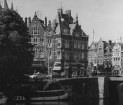 1975-873 Huizen aan de Schiedamseweg met rechts de Mathenesserdijk, gezien vanaf de oostzijde van de Aelbrechtskolk.