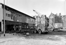 1976-103-TM-105 Gezichten op de sloop van noodwinkelpanden aan de Breitnerstraat en Nieuwe Binnenweg. Op de achtergrond ...