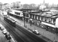 1976-106-EN-107 Aanvang met de sloop van de noodwinkelpanden aan de Nieuwe Binnenweg, vanuit een bovenetage ...