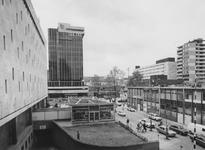 1976-1252 Hennekijnstraat met links parkeergarage De Bijenkorf. Op de achtergrond het nieuwe kantoorgebouw van de ...