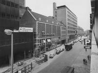 1976-1253 Gezicht op de Aert van Nesstraat in de richting van de Coolsingel met op de achtergrond links het postkantoor.