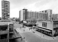 1976-1254 Gezicht op de Aert van Nesstraat. In het midden de Lijnbaan.