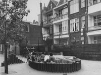 1976-1351 Kinderen spelen op de kinderspeelplaats in de Schans (Schiedamseweg).