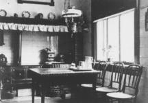 1976-1405 Gezicht in de keuken van de boerderij Ruimzicht van Arie van Vliet aan de Beukelsdijk, nabij de Spoorbrug.