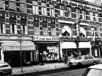 1976-146 Winkelpanden aan de Nieuwe Binnenweg nummers 315 t/m 321. In het midden kantoorboekhandel P.F. van den Ende in ...