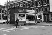 1976-1626 Gezicht op de Claes de Vrieselaan met een patatkraam voor het transformatorhuis bij de Nieuwe Binnenweg.