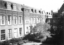1976-1773-EN-1774 R.K. bejaardentehuis Simeon en Anna aan de West-Kruiskade.Afgebeeld van boven naar beneden:-1773: ...