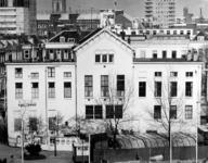 1976-250 De achterzijde vaneen politiepost en hotel Huize Emma aan het Eendrachtsplein. Gezien uit het westen.