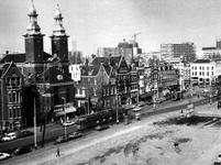 1976-252 Gezicht op de noordzijde van de Nieuwe Binnenweg met het gebouw van de Sint Jansplaats en Paradijskerk. Op de ...