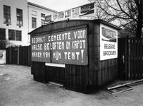 1976-259 Gesloten broodjewinkel aan de achterzijde van hotel Huize Emma en de politiepost aan het Eendrachtsplein. Op ...