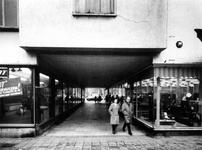 1976-28 Passage tussen de Nieuwe Binnenweg (op de voorgrond) en de Breitnerstraat.