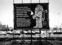 1976-34-EN-35 Bord van de actiegroep het Oude Westen met de aankondiging voor de bouw van woningen, op de plaats van de ...
