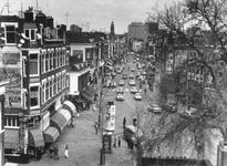1976-414 West-Kruiskade vanaf de Coolsestraat, gezien vanuit de 2e etage van een woonhuis. Op de achtergrond het stadhuis.