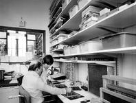1976-910-TM-913 Interieurs van het verpleeghuis Sint-Antonius aan de Nieuwe Binnenweg 33.Afgebeeld van boven naar ...