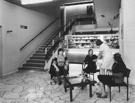 1976-916-TM-919 Interieurs van het verpleeghuis Sint-Antonius aan de Nieuwe Binnenweg 33.Afgebeeld van boven naar ...