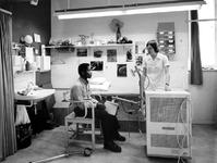 1976-927-TM-929 Interieurs van het verpleeghuis Sint-Antonius aan de Nieuwe Binnenweg 33.Afgebeeld van boven naar ...