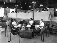 1976-954-TM-957 Interieurs van het verpleeghuis Sint-Antonius aan de Nieuwe Binnenweg 33. Afgebeeld van boven naar ...