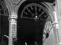 1976-961-TM-966 Details van het verpleeghuis Sint-Antonius aan de Nieuwe Binnenweg 33. Afgebeeld van boven naar ...