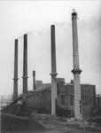 1976-992 Het gebouw van de GEB met vier hoge schoorstenen. De vierde in aanbouw.