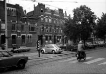 1977-1664-EN-1665 Gezichten op de westzijde van de Claes de Vrieselaan met het pand nummer 91. Protesten tegen het ...