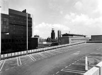 1977-1674 Gezicht op het dak van de parkeergarage van de Bijenkorf aan de Aert van Nesstraat. Op de achtergrond de ...