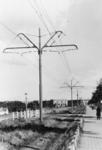 1977-1933 Trambaan aan de noordzijde van de Schiedamseweg. Op de achtergrond het Marconiplein, links huisjes van het ...