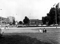 1977-2100 's-Gravendijkwal nabij het kruispunt met de Rochussenstraat. Op de achtergrond het Instituut voor Scheepvaart ...