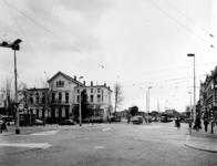 1977-2156 Het Eendrachtsplein gezien uit het oosten. Links de politiepost op nr. 3 en hotel Huize Emma. Op de ...