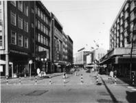 1977-324 De Korte Hoogstraat, gezien vanaf de kruising met het Bulgersteyn (links) en de Soetensteeg (rechts).