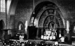 1977-37-EN-38 Gezicht in de Sint-Willebrorduskerk.Afgebeeld van boven naar beneden:-37: plechtige mis met priesters ...