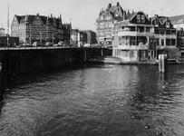 1977-411 Delfshavense Schie gezien vanuit de Aelbrechtskade. Op de achtergrond de Lage Erfbrug, Schiedamseweg en rechts ...