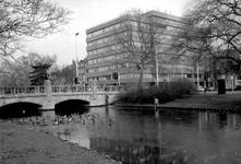 1977-424 Gezicht op de Heemraadssingel met de Heemraadsbrug. Op de achtergrond het gebouw van de OGEM aan de Mathenesserlaan.