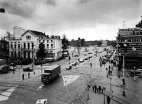 1977-547-EN-548 Gezicht op de Nieuwe Binnenweg vanuit de Westersingel en Eendrachtsplein. Links het witte gebouw waarin ...