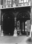 1977-553-TM-554 Details van het verpleeghuis Sint-Antonius aan de Nieuwe Binnenweg 33. Afgebeeld van boven naar ...